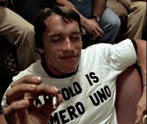 Arnold fumando