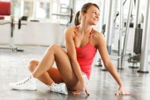 Alongar antes da musculação ou não?