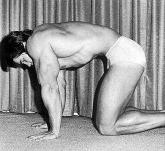 Arnold Schwarzenegger fazendo a técnica stomach vacuum
