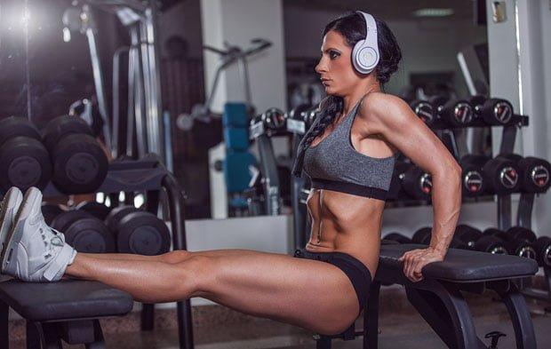 mulher treinando sozinha