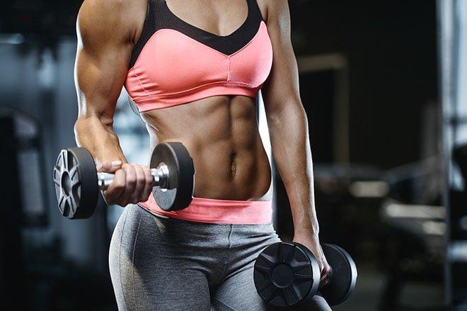 Mulher treinando academia