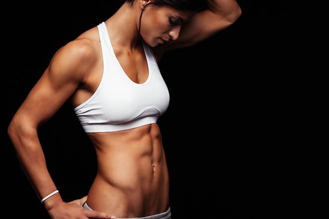 mulher com abdomen tanquinho